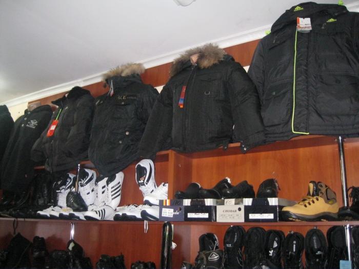 Магазины одежды и обуви.