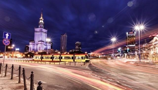 Центр Варшавы автотрафик в ночное время