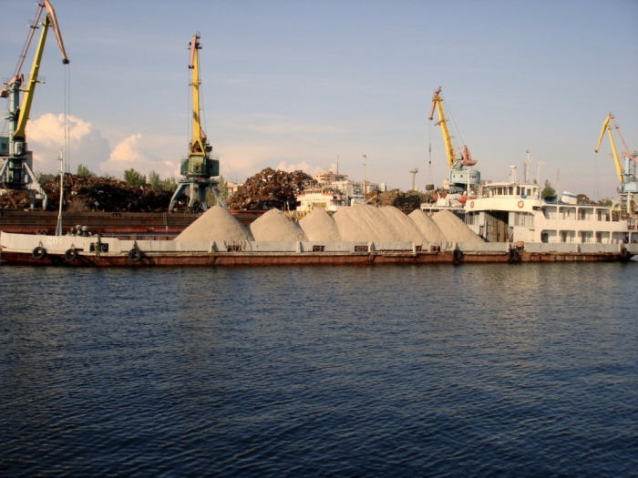 Сеть строительных баз по производству бетона и стройматериалов с причалами и флотом.